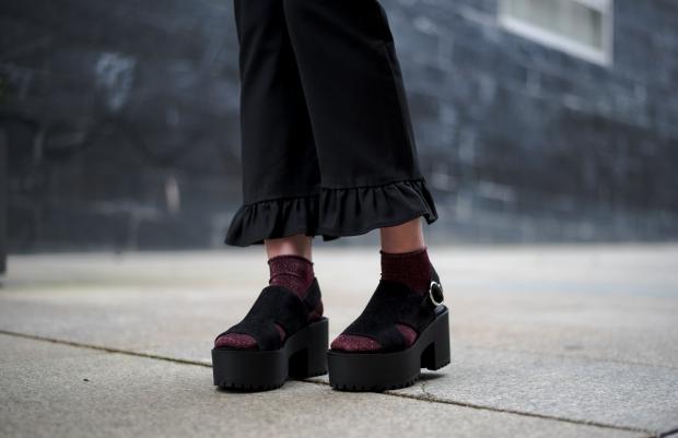 Pantalon volantes, sandalias plataforma y calcetines lurex